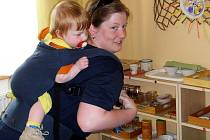 Malá Eliška Scholtzová vyrůstala na břiše a zádech maminky. Dnes obě pomáhají a radí  nastávajícím maminkám
