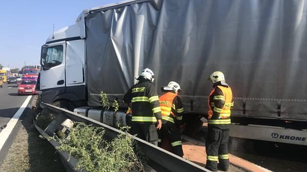 Nehoda tří kamionů zastavila provoz na dálnici D1 před Prahou.