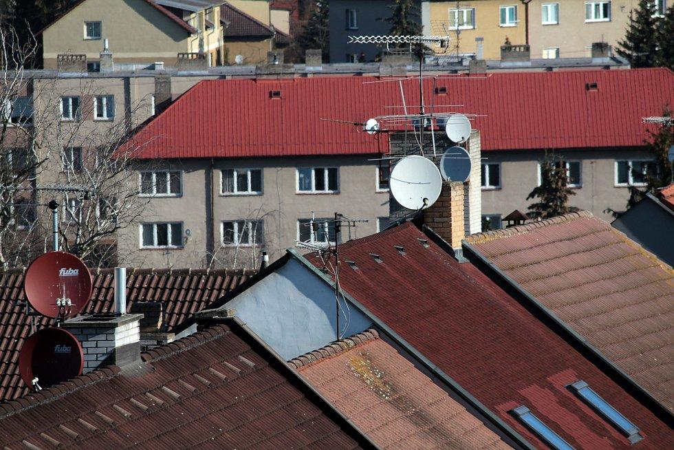 Benešov při pohledu ze střechy kostela sv. Anny - bytový dům v Čechově ulici.