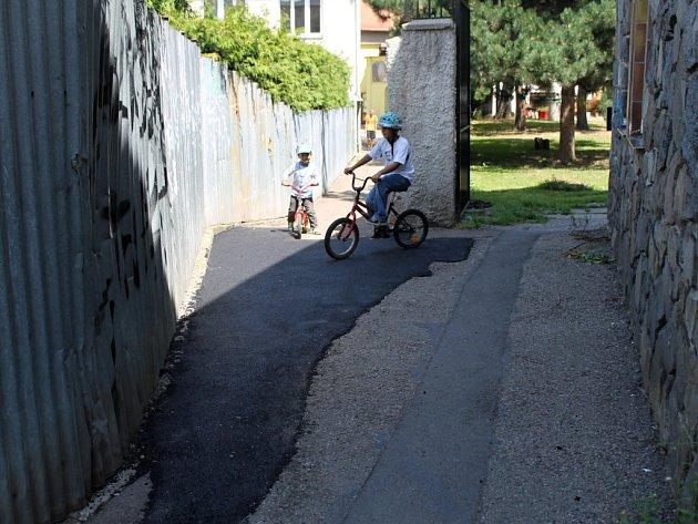 Piaristická ulička už není pastí na kočárky.