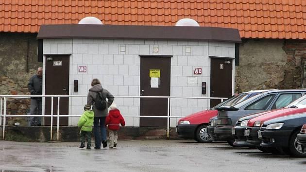 Skryty očím veřejnosti byly postaveny veřejné záchodky ve Villaniho ulici