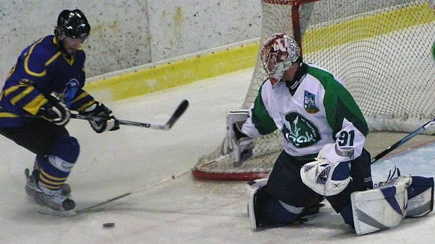 Benešovský Petr Kounovský ve druhé třetině neuspěl v nájezdu na trutnovského brankáře Petra Ševčíka, ale po zápase nemusel smutnit.