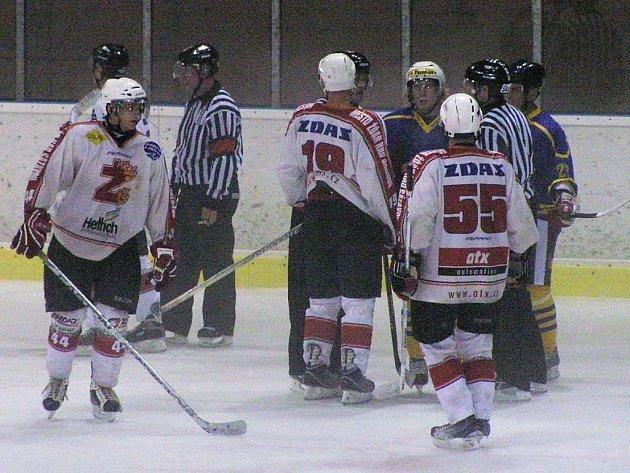 Hokejisté Benešova a Žďáru nebyli v mlžném oparu na ledě skoro vidět.