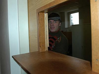 Bezpečnostní okénko dveří kanceláře personálu.