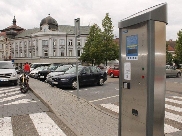 Nový parkovací systém v Benešově nahradil korunové automaty.