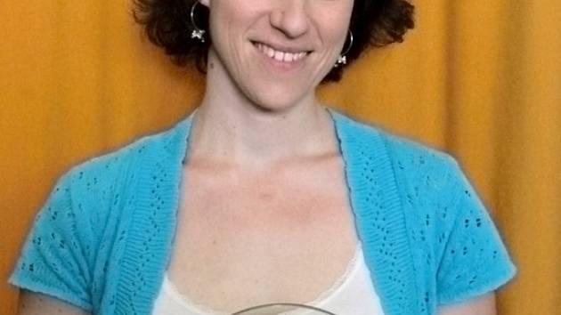 Alena Vašáková, čtyřnásobná vítězka čtenářské soutěže Benešovský Otík s plaketou za rok 2014.