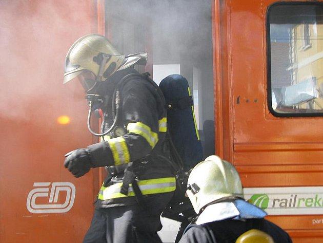 Požár elektrické lokomotivy rychlíku R 642 na benešovském nádraží.