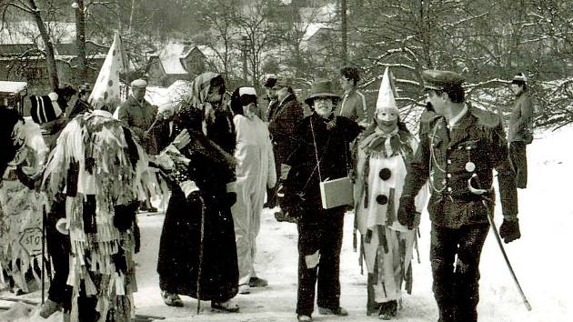 K Chlístovu patří také Racek a i tam pokaždé masopustní průvod zavítá. V roce 1982 to maškarám v kopci klouzalo na sněhu.