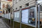 Úřední deska Krajského úřadu Středočeského kraje před budovou hejtmanství na pražském Smíchově.