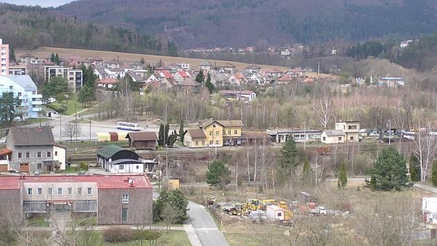 Pohled z věže týneckého hradu. Supermarket by měl stát vpravo od autobusu.