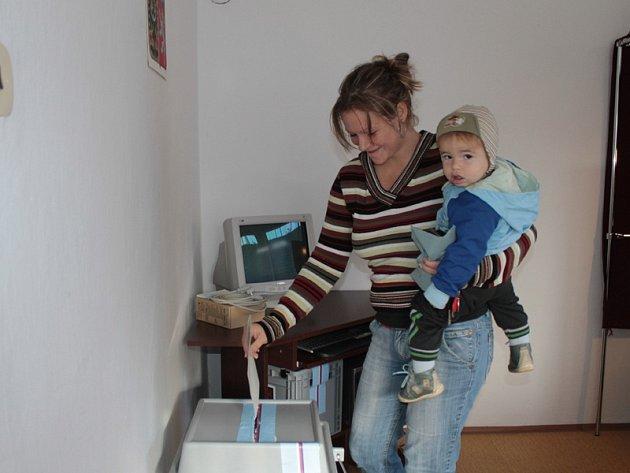 Největší nápor zaznamenaly volební komise vKřečovicích a Nahorubech vpátek navečer. Vsobotu kolem 10.hodiny byl zájem menší.