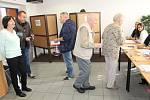 Momentka z volební místnosti benešovského okrsku číslo 4.