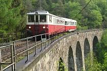 Nepřepřetržité výluky mezi Týncem nad Sázavou, Jílovém u Prahy a Davlí pokračují vždy v pracovních dnech až do poloviny května. O víkendech jezdí vlaky podle jízdního řádu.
