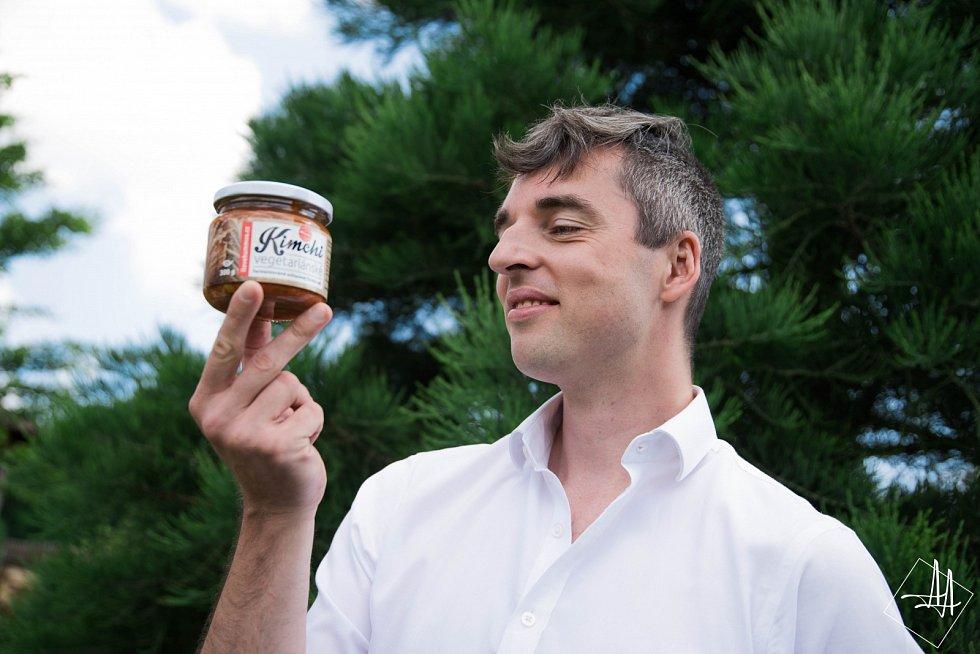 Štěpán Hodač založil malou rodinnou firmu. Ve Všechlapech vyrábí hummus a kimchi.