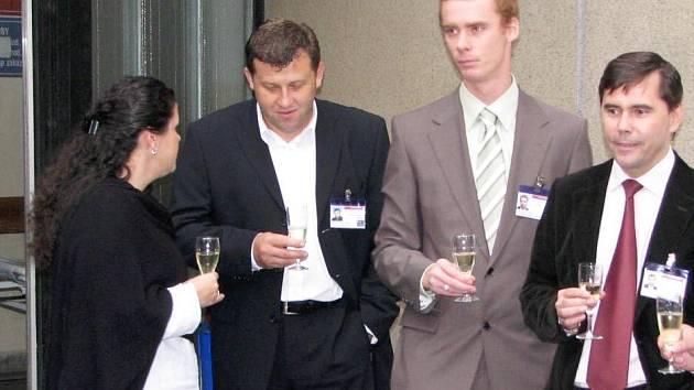 Pohoda? Bývalý ředitel NRS Benešov Miroslav Petrík (vpravo) a jeho tři náměstci při loňském zahájení rekonstrukce interny