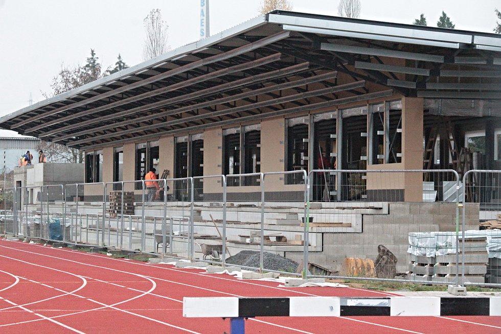 Stavba tribuny s atletickým tunelem 9. listopadu 2020.