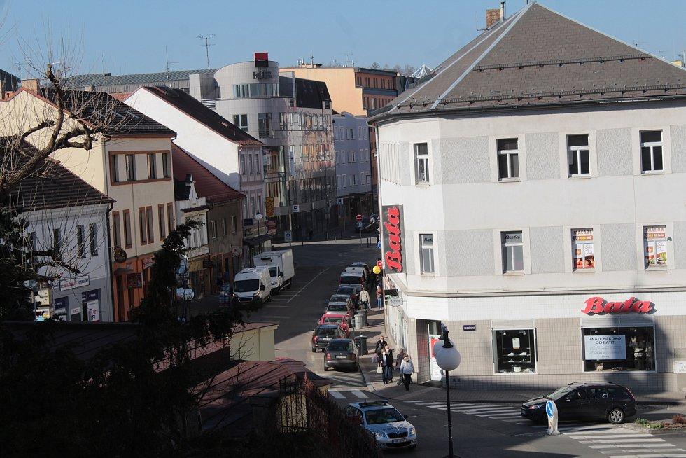 Povinné nošení respirátorů v obchodech a na veřejných místech v Benešově.