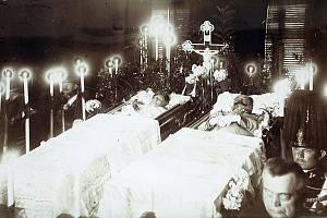 František Ferdinand d´Este a vévodkyně Žofie z Hohenbergu, rozená Chotková zemřeli v Sarajevu při atentátu 28. června 1914.
