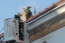 Rapouchy z okapu a led z komína školky hasiči shodili.