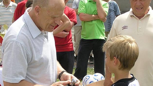 Jaroslav Hřebík předává medaile.