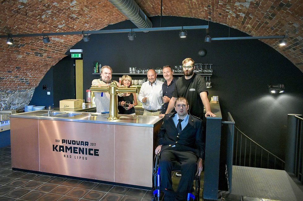 Hasič na invalidním vozíku Radek Chmelař na návštěvě pivovaru v Kamenici nad Lipou.