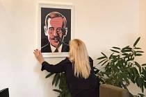 Portrét prezidenta Václava Havla od výtvarníka, zpěváka, kytaristy a skladatele Jaromíra Švejdíka v pracovně hejtmanky Středočeského kraje Petry Peckové.