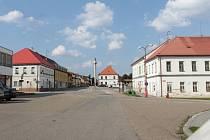 Náměstí II. odboje a stará škola v Bystřici u Benešova.