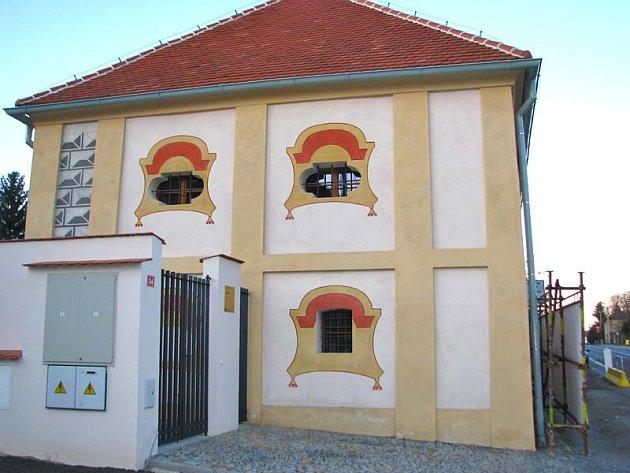 V Olbramovicích obec nevyužívanou barokní sýpku odkoupila a nechala přestavět na spolkový dům.