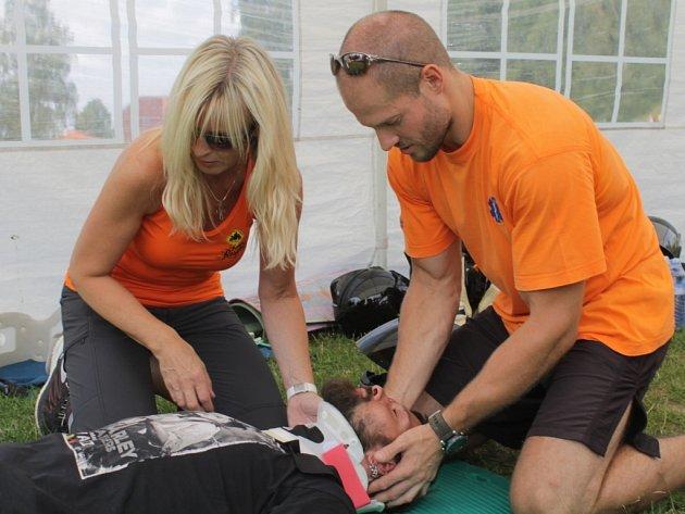 Benešovští záchranáři názorně předváděli první pomoc zraněnému motorkáři.