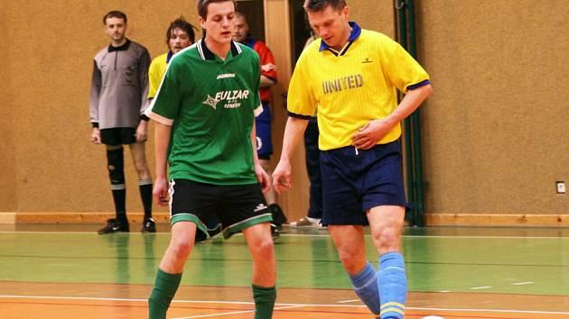 Tomáš Babický. Hráč Mezihoří (vlevo) sledoval okrouhlického Jana Davida. V dalším zápase s Václavicemi ale byl vyloučen
