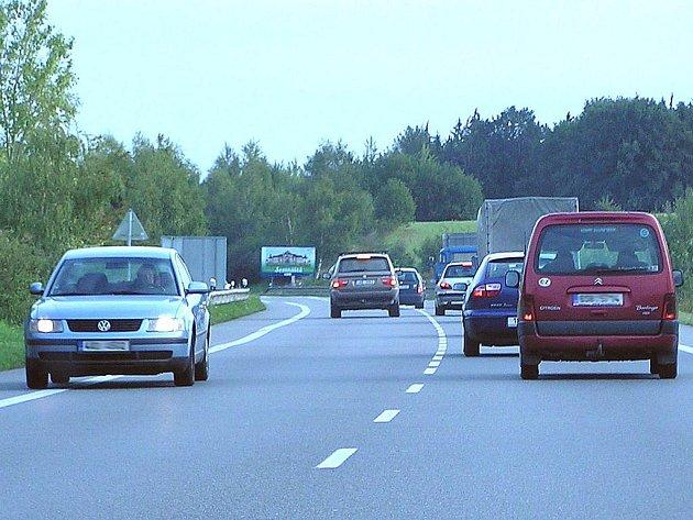 Každodenní situace na silnici I/3. Předjíždějící potencionální vrah vytlačil protijedoucí auto na krajnici.