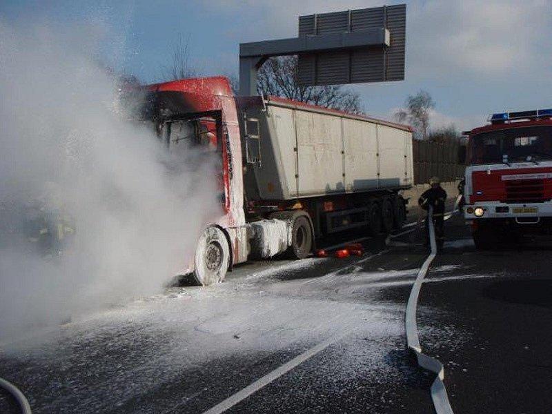 Požár kamionu na dálnici D1 způsobila technická závada na motoru. Po poškození  ojnice došlo k úniku motorového oleje a jeho vzplanutí.