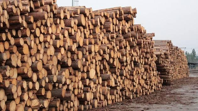Zásoby dřeva na nádraží v Benešově připravené na transport.