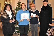 Ředitel Domova seniorů ve Villaniho ulici a vedoucí sociální pracovnice převzali v úterý 6. prosince šek na úhradu kulturních programů a materiálu pro tvůrčí dílny.