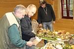 Pro přesné určení druhu houby potřebuje mykolog Pavel Moran (uprostřed) vědět, v jakém prostředí rostla.