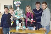 Plastové lahve přeměnily děti v umění