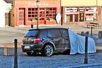 Osobní automobil Volkswagen Golf zničily na Žižkově náměstí ve Vlašimi plameny v noci na čtvrtek 13. února 2020.
