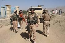 Česká patrola přijíždí ke škole v afgánském Lógaru. Předměty, které tam naši vojáci používali, jsou teď muzejními kousky.