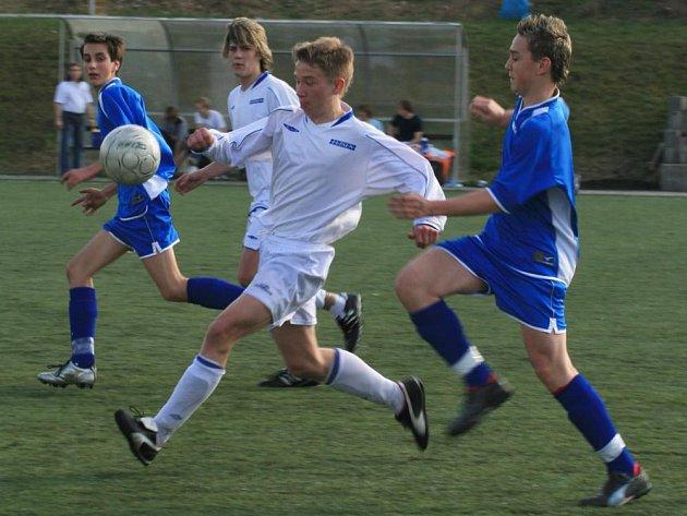 Mladší dorostenci Benešova hráli s Klatovy bez branek. Domácího Josefa Sysla (v bílém) se snaží dohonit klatovský Luzný