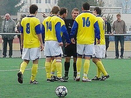Benešovští hráči se zlobí na rozhodčího Terebu, který nejprve písknul do píšťalky a posléze uznal gól strakonického Glazunova.