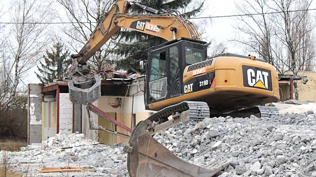 Demolice montovaných staveb u vily Katuška v Benešově.