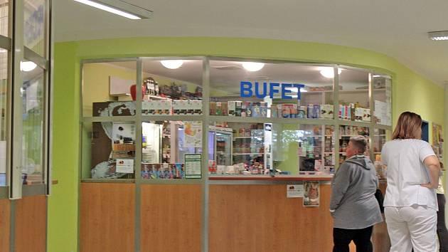 Bufet v čekárně chirurgické ambulance v nemocnici v Benešově.