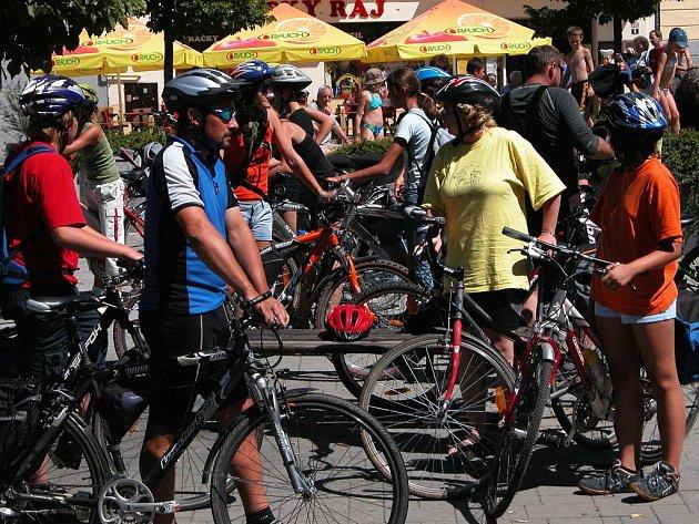 Vybavení cyklistů i jejich strojů se v poslední době výrazně zlepšilo. Přesto se ještě najdou hazardéři, kteří za soumraku vyrážejí a ohrožují bezpečnost svoji i silničního provozu