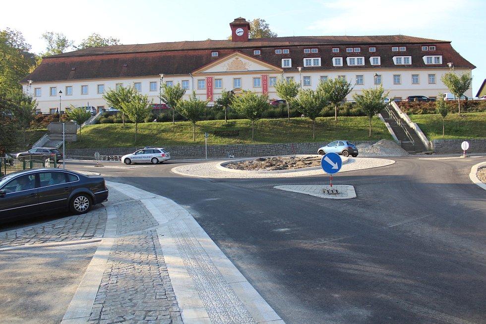 Kruhová křižovatka v Týnci.