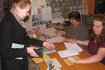Veronika Benáková poprvé v Ratměřicích volila v pátek po 20. hodině obecní zastupitelstvo a na příštích šest let senátora v příbramském volebním obvodu, jenž zahrnuje i 15 obcí, městysů a jedno město na jihu Benešovska.
