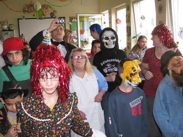 Maškarním rejem oslavili definitivní odchod zimy a skutečný nástup jara školáci z benešovské Základní a praktické školy ve vile Katuška