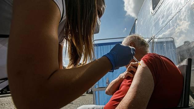 Mobilní očkovací tým při vakcinaci proti koronaviru. Ilustrační foto.