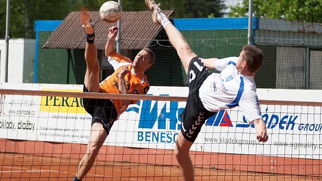 Hrající trenér benešovského Šacungu Richard Makara (v oranžovém) smečuje přes blok českobrodského Milana Kaděru.