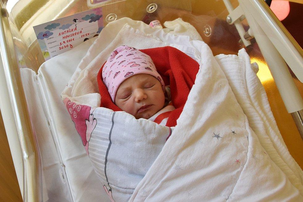 Natálie Housková se Tereze Jelenecké a Vladislavu Houskovi narodila v benešovské nemocnici 3. září 2021 ve 23.24 hodin, vážila 3030 gramů. Bydlištěm rodiny jsou Olbramovice.