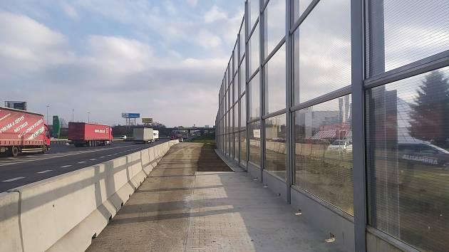 Nová trvalá protihluková stěna u Průhonic.